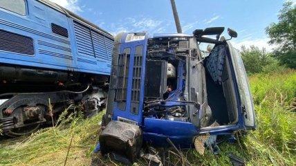 На Закарпатье пассажирский поезд снес грузовик, есть пострадавшие (фото)