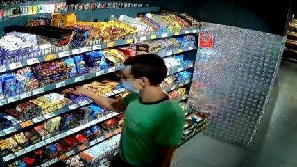 Вор, укравший шоколадку из супермаркета, вырубил охранника, сделавшего замечание (фото, видео)