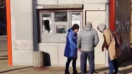 """""""Все в кровище"""": в Одессе мужчина """"штурмовал"""" наливайку, где ему отказались налить (видео)"""