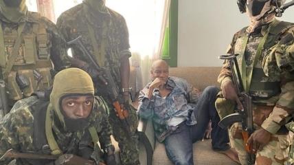 Альфа Конде в окружении мятежных солдат