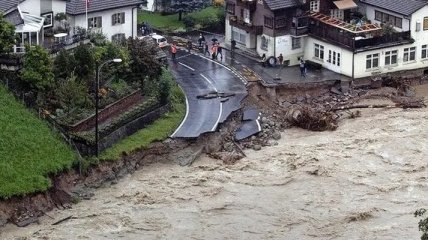 Уже более сотни человек стали жертвами наводнения в Германии: новые видео с места бедствия