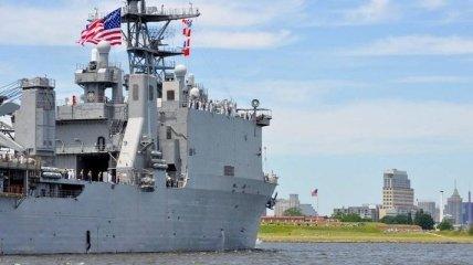 Десантный корабль США USS FortMcHenry входит в Черное море