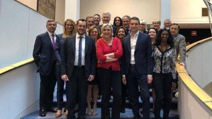 """Марин Ле Пен возглавила группу """"Идентичность и демократия"""" в Европарламенте"""