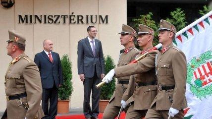 Экс-министра обороны Венгрии обвинили в растрате госимущества