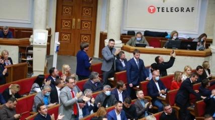 Депутаты аплодируют после голосования
