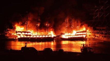 В Турции сгорели суда.