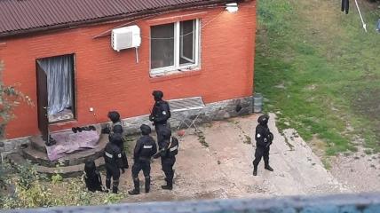 Сообщают о совместной операции полиции и спецназа.