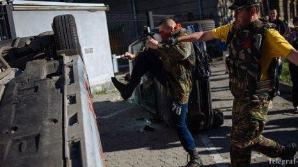 У здания посольства РФ в Киеве убирают разбитые автомобили