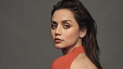 Красный фон и проницательный взгляд: Ана де Армас снялась для обложки Vogue