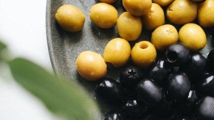 В сыром виде нельзя, это фрукт, а цвет зависит от спелости: диетолог рассказал интересные факты об оливках