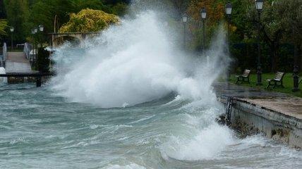 Олимпийская набережная в Сочи пострадала от шторма (Видео)