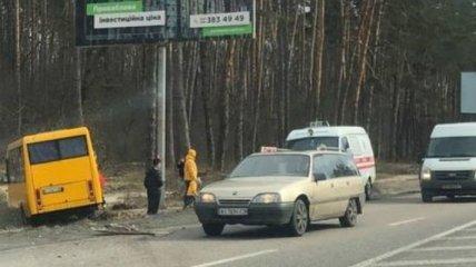 На трассе под Киевом маршрутка влетела в столб, есть пострадавшие (фото и видео)