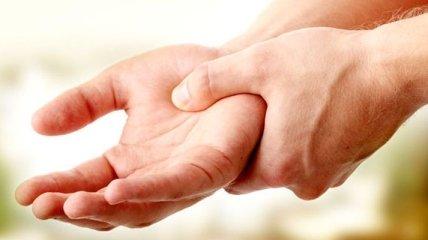 Медики рассказали, о чем может сигнализировать онемение рук по утрам