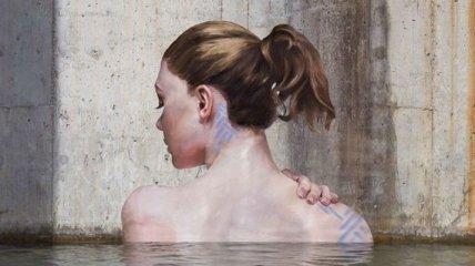 Женщины, выходящие из воды, — творение художника, балансирующего на доске для серфинга (Фото)