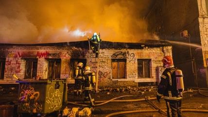 Огонь охватил здание площадью около 400 квадратных метров