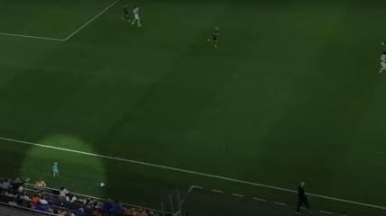 Двухлетний малыш устроил побег от мамы прямо во время футбольного матча
