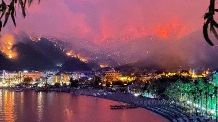 Пожежа в Туреччині: туристи сплять на вулицях, до гасіння залучили авіацію (відео)