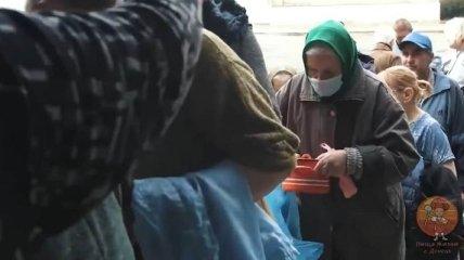 """""""С лопаты в два раза вкуснее бы была"""": в обнищавшем Донецке - очереди за бесплатной кашей (видео)"""
