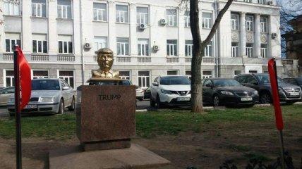 В Одессе появились памятники Трампу и Ким Чен Ыну