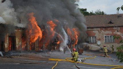 Крупный пожар на заводе в Ужгороде тушили полсуток: фото и видео последствий