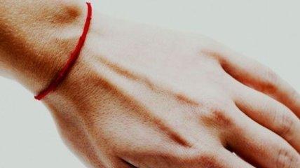 """В ПЦУ объяснили, защитит ли красная нить на руке """"от сглаза"""""""