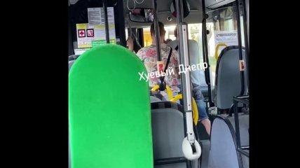 """""""Сервис за 10 грн"""": в Днепре пассажир подрался с невежливым водителем прямо в маршрутке (видео)"""