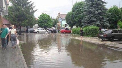 На Закарпатье улицы после ливня превратились в реки
