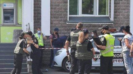 В Киеве женщина со взрывчаткой и пистолетом ограбила банк (фото, видео)