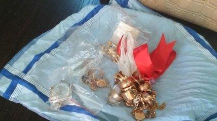 """Через КПВВ """"Зайцево"""" супружеская пара пыталась провезти украшения и деньги"""