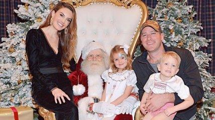Арми Хаммер вместе с женой показали семейную рождественскую открытку (Фото)