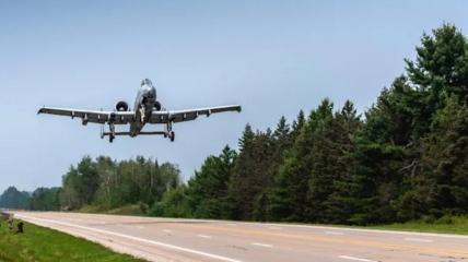 A-10 злітає з шосе в Алпен, штат Мічиган, 5 серпня 2021 року