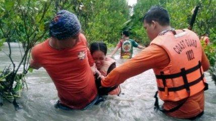 На Филиппины обрушились ливни, землетрясение и тайфун: впечатляющие видео потопа