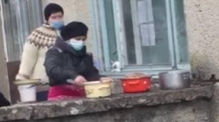 Людей кормят через окно с улицы: сеть взволновало видео из больницы на Львовщине