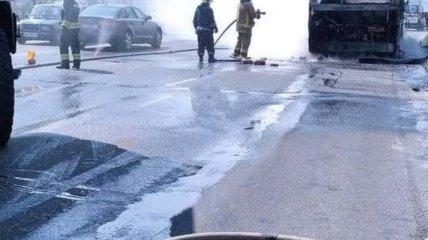 Загоревшийся на ходу в Киеве автобус тушили 15 человек, но от него осталось одно название (фото)