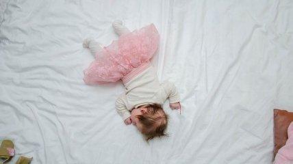 Почему дети должны спать в своих кроватках - объяснение ученых