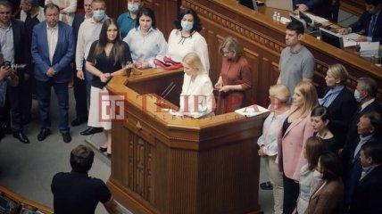 Министру обороны подарили женские туфли прямо на заседании Рады: в чем причина такого перформанса
