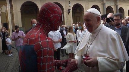 Папа римский встретился с Человеком-пауком и получил подарок (видео)