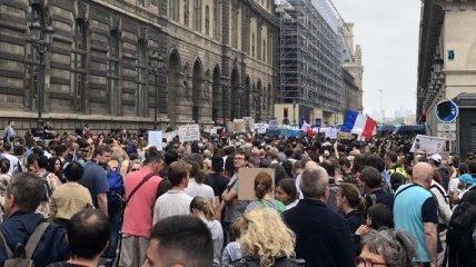 Противники карантинных ограничений во всем мире вышли на акции протеста (видео)