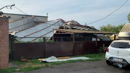 В Днепре улетела крыша площадью в 350 квадратов: ее части повредили дома и авто (фото)