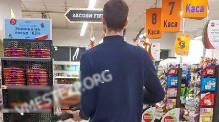 В Запорожье в супермаркете охранник открыл стрельбу из винтовки по воробьям