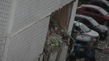 Маленькая девочка оказалась на краю разрушенной квартиры на третьем этаже, ее сняли с высоты спасатели