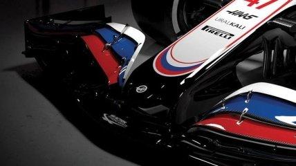 В Формуле-1 болид Шумахера раскрасили в цвета российского флага, несмотря на запрет (фото)