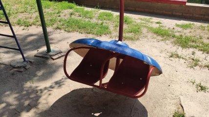 В Сумской области на маленьких детей упала крыша качели: их спасло чудо