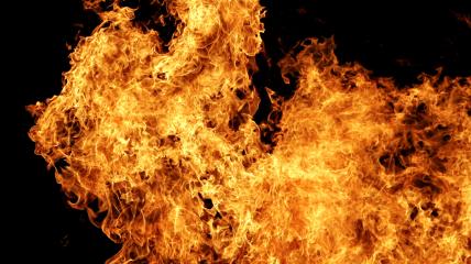 Женщина развела огонь в квартире, невзирая на то, что дома были муж и сын