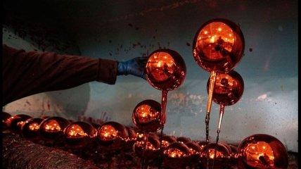 Захватывающий процесс создания елочных игрушек (Фото)
