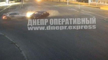 Авто столкнулись на пустой дороге: момент аварии с пострадавшими в Днепре попал на видео