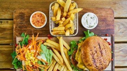Диетолог назвала способ есть бургеры и чипсы без вреда здоровью