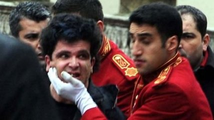 В Стамбуле террорист бросил в полицейских 2 гранаты