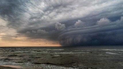 """""""Пекло насувається"""": над Азовським морем зафіксували демонічне небо"""