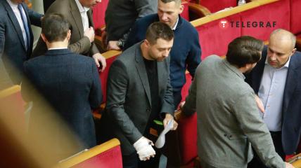 Депутат признался, что услышал немало версий получения своего увечья от других коллег